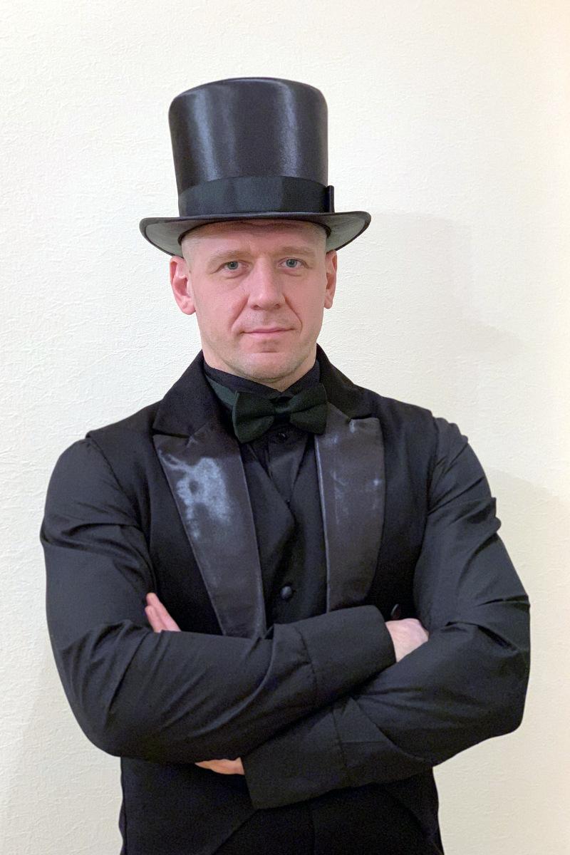 Фрак и черная рубашка